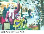 Купить «Little girl with dad buying decorations for Xmas», фото № 29103732, снято 20 сентября 2018 г. (c) Яков Филимонов / Фотобанк Лори