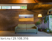 Interior of a west coast modern home, built in 1951, designed by architect Fred Hollingsworth. (2018 год). Редакционное фото, фотограф Douglas Williams / age Fotostock / Фотобанк Лори