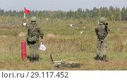 Купить «Солдат стреляет из противотанкового гранатомета», видеоролик № 29117452, снято 21 сентября 2018 г. (c) Игорь Долгов / Фотобанк Лори
