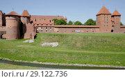 Купить «View of largest medieval brick Castle of Teutonic Order in Malbork, Poland», видеоролик № 29122736, снято 22 мая 2018 г. (c) Яков Филимонов / Фотобанк Лори