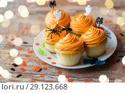 Купить «halloween party decorated cupcakes on plate», фото № 29123668, снято 6 июля 2017 г. (c) Syda Productions / Фотобанк Лори
