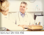 Купить «Professor of medicine training colleague», фото № 29133156, снято 26 июня 2019 г. (c) Яков Филимонов / Фотобанк Лори