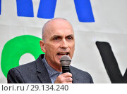 Chris Williamson MP (Labour: Derby North) outside Labour HQ in Victoria Street, London, as the party discuss anti-Semitism inside. 4th September 2018. Редакционное фото, фотограф Phil Robinson / age Fotostock / Фотобанк Лори