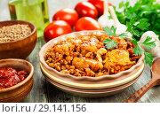Купить «Гречка с курицей и томатным соусом на столе», фото № 29141156, снято 19 сентября 2018 г. (c) Надежда Мишкова / Фотобанк Лори
