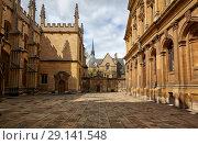 Old yard of the Oxford University between Divinity School and Sheldonian Theater. Oxford. England (2009 год). Стоковое фото, фотограф Serg Zastavkin / Фотобанк Лори