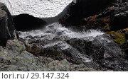 Купить «Вид сверх на падающую воду в горах», видеоролик № 29147324, снято 28 сентября 2018 г. (c) А. А. Пирагис / Фотобанк Лори