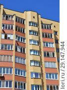 Купить «Десятиэтажный пятиподъездный кирпично-панельный жилой дом серии 90 ВЛК, построен в 2004 году. Улица Тимирязева, 4, корпус 1. Поселок Пироговский. Мытищинский район. Московская область», эксклюзивное фото № 29147944, снято 25 мая 2015 г. (c) lana1501 / Фотобанк Лори