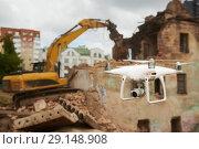 Купить «Drone operated by construction worker on building site», фото № 29148908, снято 7 июля 2018 г. (c) Дмитрий Калиновский / Фотобанк Лори