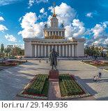 Купить «Памятник Ленину на фоне Центрального павильон на ВДНХ», эксклюзивное фото № 29149936, снято 23 сентября 2018 г. (c) Виктор Тараканов / Фотобанк Лори