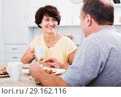 Купить «Woman eating lunch with husband», фото № 29162116, снято 26 марта 2019 г. (c) Яков Филимонов / Фотобанк Лори