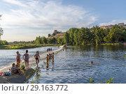 People enjoying Agueda river in Ciudad Rodrigo, Salamanca. (2018 год). Редакционное фото, фотограф Carlos Dominique / age Fotostock / Фотобанк Лори