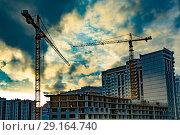 Купить «Строительство новых жилых домов на фоне  неба», фото № 29164740, снято 21 октября 2018 г. (c) Сергеев Валерий / Фотобанк Лори