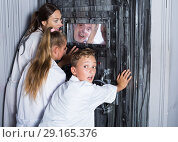 Купить «Mother with childred are helping dad and girl get out of the locked door», фото № 29165376, снято 3 августа 2017 г. (c) Яков Филимонов / Фотобанк Лори