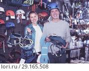 Купить «Athletes chooses climbing equipment», фото № 29165508, снято 25 октября 2017 г. (c) Яков Филимонов / Фотобанк Лори