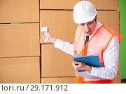 Купить «Man contractor working in box delivery relocation service», фото № 29171912, снято 4 июня 2018 г. (c) Elnur / Фотобанк Лори