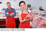 Купить «Positive adult female and man demonstrating meat», фото № 29173048, снято 22 июня 2018 г. (c) Яков Филимонов / Фотобанк Лори