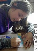 Купить «6th Grade Girl Drawing in Art Class, Wellsville, New York, USA.», фото № 29177888, снято 25 октября 2017 г. (c) age Fotostock / Фотобанк Лори