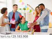 Купить «team greeting colleague at office birthday party», фото № 29183908, снято 3 сентября 2017 г. (c) Syda Productions / Фотобанк Лори