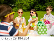 Купить «kids eating cupcakes on birthday party in summer», фото № 29184264, снято 27 мая 2018 г. (c) Syda Productions / Фотобанк Лори