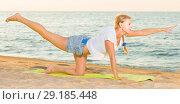 Купить «Smiling adult woman in white T-shirt is doing excercises on endurance», фото № 29185448, снято 17 июля 2017 г. (c) Яков Филимонов / Фотобанк Лори