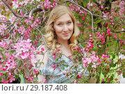Купить «Девушка в садах», эксклюзивное фото № 29187408, снято 12 мая 2018 г. (c) Инна Козырина (Трепоухова) / Фотобанк Лори