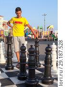 Купить «Игра в уличные шахматы, подросток в раздумье», фото № 29187528, снято 26 июля 2018 г. (c) Кекяляйнен Андрей / Фотобанк Лори