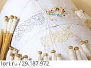Купить «Вологодское мерное кружево, нитки лён, плетение на коклюшках из жимолости», фото № 29187972, снято 8 октября 2018 г. (c) Наталия Кузнецова / Фотобанк Лори