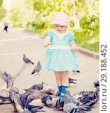 Купить «two-year girl feeding pigeons», фото № 29188452, снято 17 мая 2012 г. (c) Яков Филимонов / Фотобанк Лори