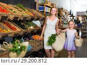 Купить «customers choosing vegetables», фото № 29200812, снято 18 июля 2019 г. (c) Яков Филимонов / Фотобанк Лори