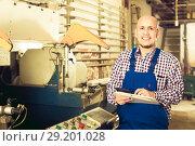 Купить «Labour working on lathe machine», фото № 29201028, снято 17 октября 2018 г. (c) Яков Филимонов / Фотобанк Лори