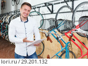 guy choosing bicycle with characteristic. Стоковое фото, фотограф Яков Филимонов / Фотобанк Лори