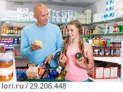 Купить «father and daughter buying food», фото № 29206448, снято 4 июля 2018 г. (c) Яков Филимонов / Фотобанк Лори