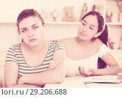Купить «Girl asking for forgiveness from her friend», фото № 29206688, снято 7 июня 2017 г. (c) Яков Филимонов / Фотобанк Лори