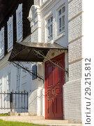 Купить «Главный вход в здание бывшего уездного училища. Енисейск», фото № 29215812, снято 5 октября 2018 г. (c) Владимир Пойлов / Фотобанк Лори