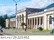 Вокзал в городе Гагра (Абхазия), построен в 1951 году по проекту архитектора 3ои Поченцовой-Орлинской (2018 год). Редакционное фото, фотограф Наталья Горкина / Фотобанк Лори