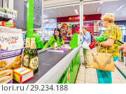 Купить «Russia, Samara, August, 2018: a woman with purchased products is at the cashier's desk in the supermarket. text in Russian: cat litter, pate», фото № 29234188, снято 20 августа 2018 г. (c) Акиньшин Владимир / Фотобанк Лори