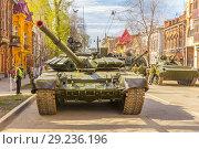 Купить «Russia, Samara, May 2018: New military modified russian army main battle tank T-72B3M in green camouflage at the city street.», фото № 29236196, снято 5 мая 2018 г. (c) Акиньшин Владимир / Фотобанк Лори