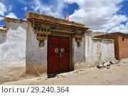 Тибет. Типичный вход в дом в одном из высокогорных поселений (2018 год). Стоковое фото, фотограф Овчинникова Ирина / Фотобанк Лори