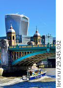 Купить «Police Targa 37 launch passing under Southwark Bridge on the River Thames, London, England, UK.», фото № 29245032, снято 26 сентября 2018 г. (c) age Fotostock / Фотобанк Лори