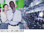 Купить «Couple interracial choosing hob in shop of household appliances», фото № 29248564, снято 21 февраля 2018 г. (c) Яков Филимонов / Фотобанк Лори