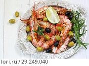 Лангустины с оливками,лаймом и розмарином на белом столе. Стоковое фото, фотограф Марина Володько / Фотобанк Лори