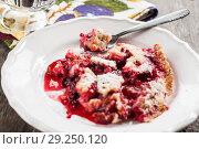 Купить «Serve on a plate plum a Clafoutis», фото № 29250120, снято 17 июля 2013 г. (c) Tetiana Chugunova / Фотобанк Лори