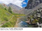 Купить «Маленькое озеро в горах. Август, Горный Алтай.», фото № 29256624, снято 9 августа 2018 г. (c) Сергей Рыбин / Фотобанк Лори