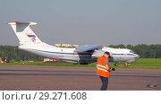 Купить «Soviet cargo plane IL-76 performs taxiing before takeoff», видеоролик № 29271608, снято 1 августа 2018 г. (c) Андрей Радченко / Фотобанк Лори