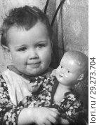 Купить «Старая фотография двухлетней девочки с куклой. 1957. Из домашнего архива», эксклюзивное фото № 29273704, снято 7 декабря 2019 г. (c) Валерия Попова / Фотобанк Лори