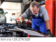 Купить «Mechanic repairing car», фото № 29274020, снято 4 сентября 2018 г. (c) Яков Филимонов / Фотобанк Лори