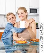 Купить «Smiling woman and her teenage daughter», фото № 29274280, снято 27 сентября 2018 г. (c) Яков Филимонов / Фотобанк Лори
