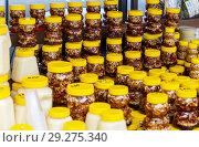 Купить «Много банок разных сортов знаменитого алтайского мёда», фото № 29275340, снято 16 сентября 2018 г. (c) Михаил Котов / Фотобанк Лори
