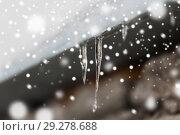 Купить «icicles and snow hanging from building roof», фото № 29278688, снято 11 ноября 2016 г. (c) Syda Productions / Фотобанк Лори