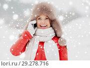 Купить «happy woman in winter hat calling on smartphone», фото № 29278716, снято 7 января 2017 г. (c) Syda Productions / Фотобанк Лори